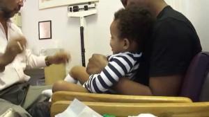 幼児に注射、笑顔でポン!